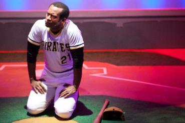 Modesto Lacén como Roberto Clemente en la obra de teatro
